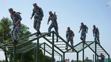 中国参赛队通过斜梯。