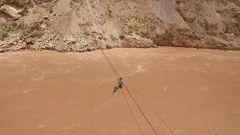【第一军视】十几米高湍急江面上徒手挂缆 这就是高原通信兵的日常