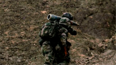 戰勝心理陰影 重傷歸來的兵哥冒險扛起百斤炮彈沖上山坡
