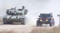 """【第一軍視】越野車與99A式主戰坦克玩""""飆車"""",你猜誰贏?"""