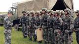 近日,陆军第81集团军某合成旅在塞北丛林展开了一场实战化训练,全面锤炼部队野外环境下的协同作战能力。