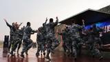 """官兵们在""""文化夜市""""活动中跳起民族舞蹈。"""