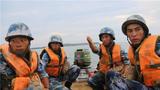 近日,海军陆战队某旅在某陌生水域开展了开辟水际、岸滩通路训练,全面锤炼官兵的实战技能。