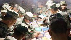 """陆军第77集团军某旅:""""每月一书"""" 文武并重"""
