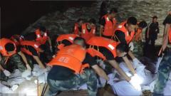 """台风""""利奇马"""":武警官兵连续奋战紧急加固泄洪口"""