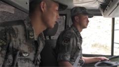 海拔4000多米突然停车 新藏线上汽车兵下车祭奠战友