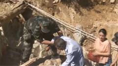 安徽宣城:武警官兵帮助受灾群众恢复生活秩序