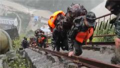 武警官兵进村入户展开救援