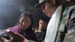 3000公里傳遞佳音 患病藏族小伙母親為感謝醫生獻上哈達