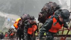 """村民被困""""孤岛"""" 官兵爬天梯运送救援物资"""