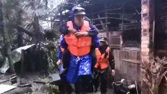 洪水倒灌村庄 官兵紧急救援