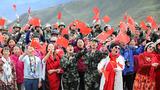 为庆祝中华人民共和国成立70周年,驻藏武警某部交通三支队日前在川藏线沿线唱响《我和我的祖国》。期间,不少进藏游客也参与其中,一起用嘹亮的歌声向伟大祖国深情告白。