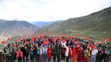 """官兵与游客在川藏线""""天路72拐""""用歌声向祖国深情告白。"""