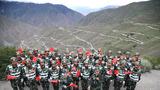 """官兵们在川藏线""""天路72拐""""用歌声向祖国深情告白。"""