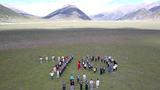 """官兵们和游客在川藏线安久拉山摆出""""70""""字样,庆祝新中国成立70周年。"""