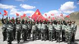 官兵们在川藏线安久拉山用歌声向祖国深情告白。
