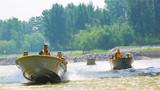 驾驶冲锋舟对河流情况进行侦察