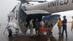 马里:中国维和医疗队雨中紧急转运伤员