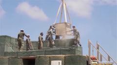 作业环境只有12米 黎以边境 中国建筑工兵艰苦奋战修复防御工事