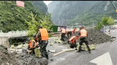 四川雅安:武警官兵全力投入抢险救援