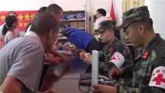 广西南宁:武警官兵义务巡诊 为困难群众提供健康指导