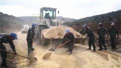 """碎石换石粉 路面更坚固 中国工兵的""""新尝试""""给黎巴嫩百姓带来福音"""