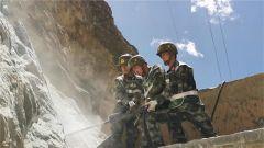 西藏昌都:武警官兵全力抢修国道318线塌方路段