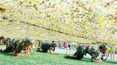 贵州省毕节军分区组织毕节清华国中的新生进行军训拉练