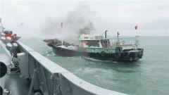 海军鄂州舰救起9名失事渔船渔民