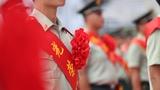 退伍士兵戴上大红花。
