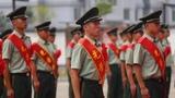 退伍士兵神情庄重,含泪注视军旗。