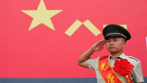 敬上最后一個軍禮 退伍老兵含淚卸銜 向軍旗告別