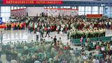 送战友,踏征程,军中情,永不忘。9月1日至2日,武警甘肃总队2000余名退伍老兵告别军营,踏上返乡的列车。图为兰州西客站。