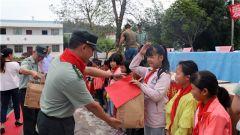 桂林联勤保障中心某仓库官兵前往驻地中排小学开展捐资助学活动