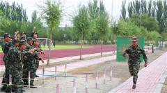 """武警战士刘欢:从""""小胖""""到""""力量之王""""的转型之路"""