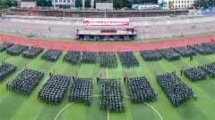 贵州六盘水:军训教官上好新生开学第一课