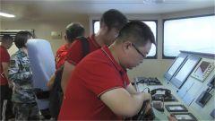 网络名人走进海军大连舰艇学院体验学员训练生活