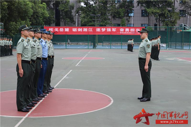 图片8:挑选军政素质过硬的学员成为带训骨干,确保学习有标杆、训练有标准(周笑宇 摄)