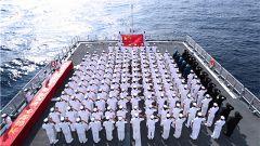 """海军第三十三批护航编队举行 """"向70年致敬 为祖国护航""""宣誓签名仪式"""