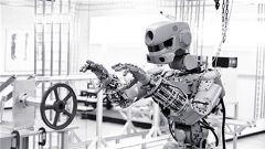太空机器人款款走来