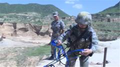 训练过猛双手受伤 特种女兵克服疼痛协助队友攀上悬崖