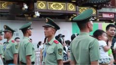 武警官兵中秋执勤保安全 上海 人墙隔离 防止游客过多聚集