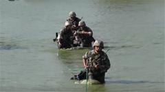 终极考验来了 女兵班长克服疼痛带领队员横渡水渠