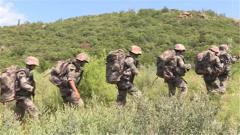 体力透支艰难前进 女兵咬牙负重翻越500米土山