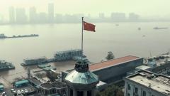 武汉解放前夕:这位母亲将红旗藏进孩子包裹,秘密运到武汉