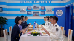 """""""外方访问团""""到访 海军兵哥哥飚英语展现外交能力"""