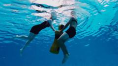 队友遭遇困难 女学员强忍体能透支跳入水中