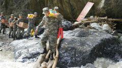 情暖中秋 西藏军区川藏兵站部官兵慰问受灾群众
