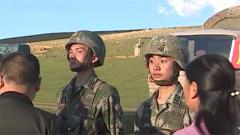 一年未见的父母突现军营 兵哥哥惊出表情包