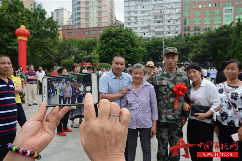 19图为2019年9月16日,图为新兵们与家人离别时再照一张全家福。   黄春红摄